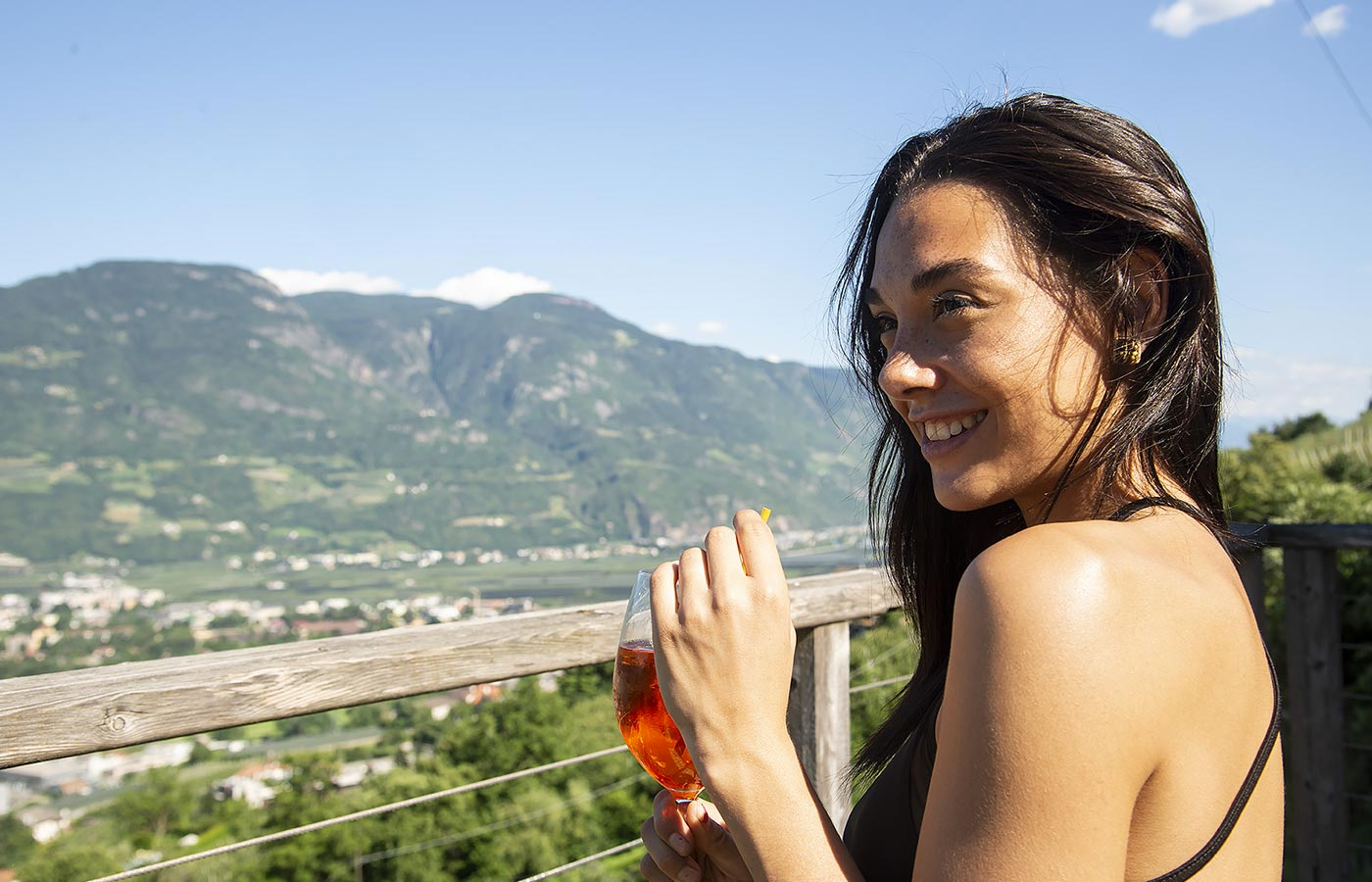 A girl enjoys an aperitif on the terrace of the Residence Aqualis